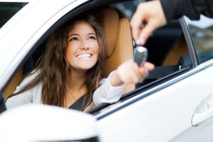 mandataire voiture fille au volant